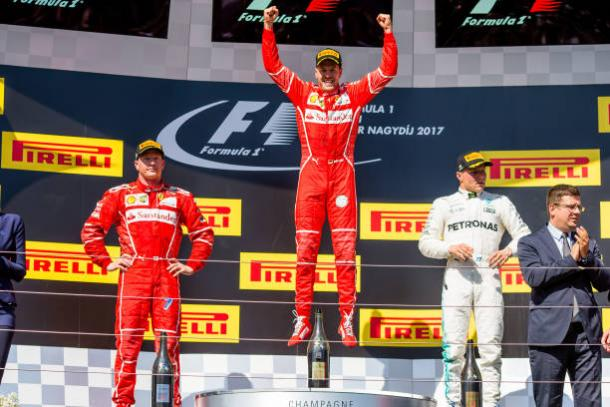 A alegria de Vettel ao lado de Räikkönen e Bottas no pódio (Foto: Peter J Fox/Getty Images)