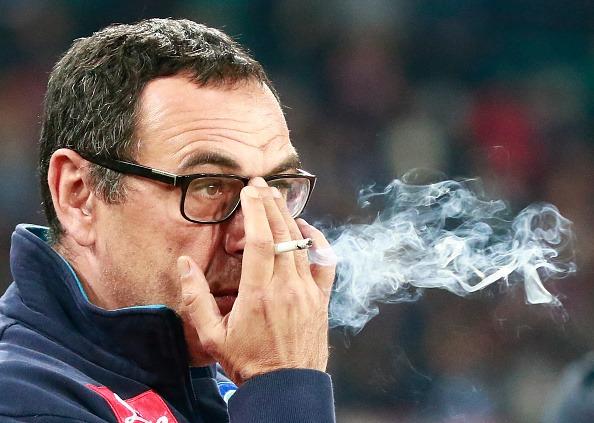... Sarri fuma um cigarro à beira do campo (Foto: Carlo Hermann/AFP)