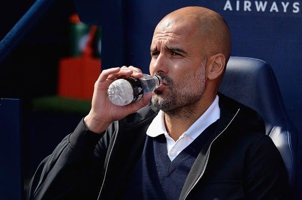 Enquanto Guardiola cuida da saúde bebendo água antes do jogo... (Foto: Manchester City FC via Getty Images)