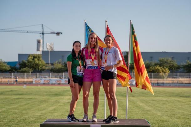 Lucía Alonso (a la dcha.) tras su bronce en 100mv. / Foto: Sportmedia.