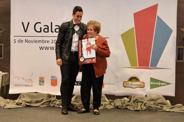 Sergio junto a su abuela en una gala de la FAMU.