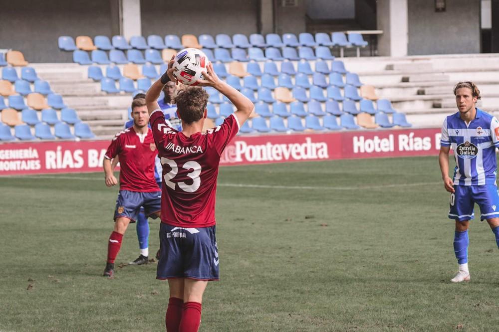 Iñaki en un saque de banda en el partido de pretemporada frente al Dépor en Pasarón / Fuente: Pontevedra CF
