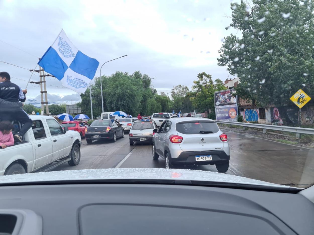 La caravana salió desde Maipú, paso por el Feliciano Gambarte, para llegar al aeropuerto provincial.