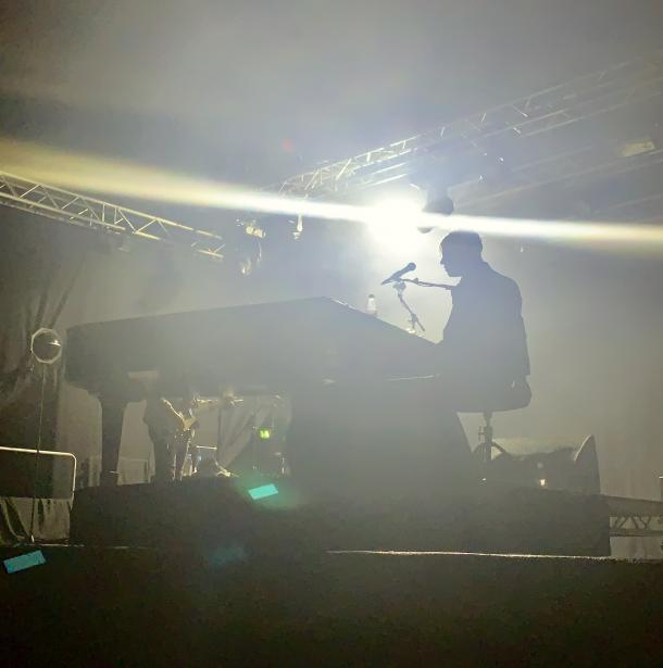 Tom Odell playing the piano at the ZeltFestival Rurh | Photo: Ana Alonso