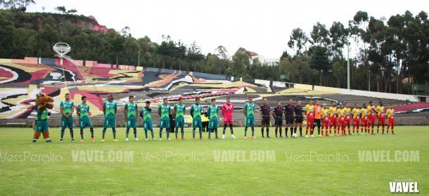 Potros UAEM y Herediano durante los himnos nacionales.