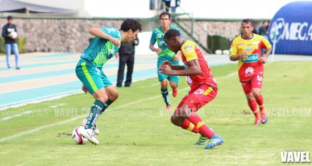 Edgar González tratando de burlar al rival.