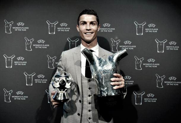 Cristiano celebra sus dos trofeos otorgados por la UEFA | Foto: Helios de La Rubia (Real Madrid C.F.)