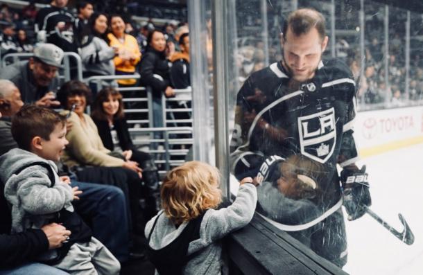 Una tierna estampa de Kyle Clifford con unos niños / The Athletic