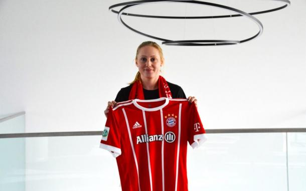 Leah Galton with her new club jersey | Source: fcbayern.com
