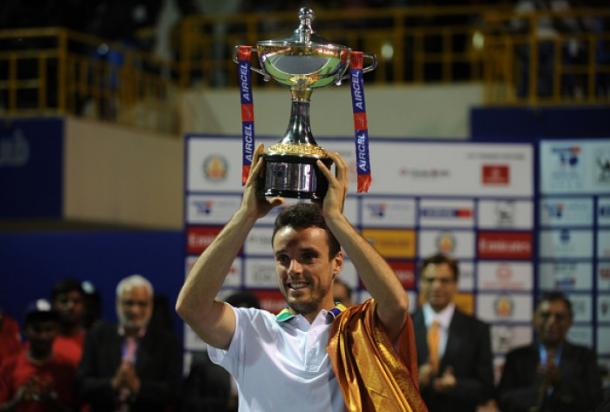 Roberto Bautista Agut holds the trophy after defeating Daniil Medvedev (Photo: Arun Sankar/Getty Images)