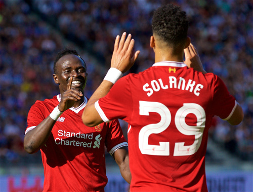 Mane y Solanke celebran un gol del inglés. | Imagen: Liverpool FC