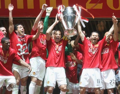 Ferdinand, Giggs y más jugadores del United levantando la Champions | Imgen: Manchester United