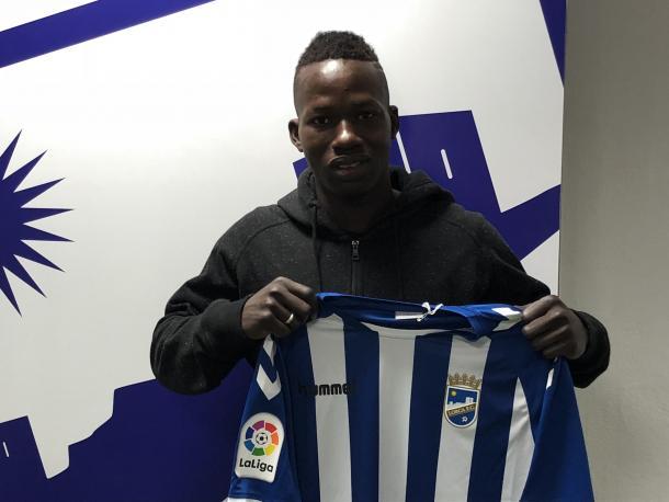 Aly Malle posando con la camiseta del Lorca FC. |Foto: lorcafc.com