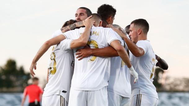 El Real Madrid celebra el tanto de Karim Benzema