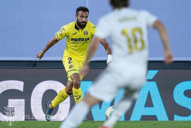 Mario Gaspar conduciendo el balón | Fuente: Twitter Oficial del Villarreal CF