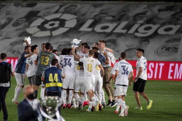 Los jugadores celebran el campeonato sobre el terreno de juego | Fuente: LaLiga