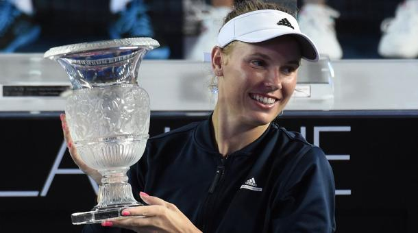 Caroline Wozniacki celebrates her Prudential Hong Kong Tennis Open title/Getty Images