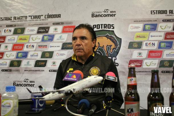Vikingo Dávalos en conferencia de prensa.