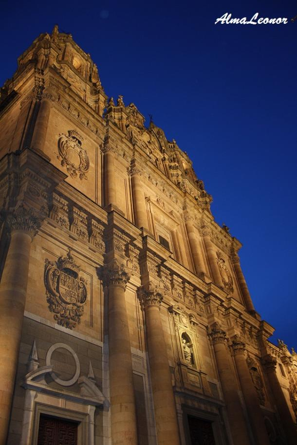 Fachada de la Clerecía con iluminación nocturna (Imagen: AlmaLeonor, de Vavel)