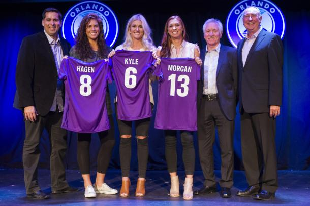 Sarah Hagen, Kaylyn Kyle, and Alex Morgan at a ceremony as they were drafted by the Pride from a trade | Source: Orlando Sentinel