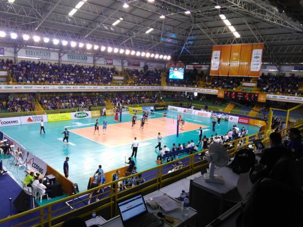Torcida do Cruzeiro já começa a preencher a arquibancada do ginásio Divino Braga (Foto: Charley Moreira/VAVEL Brasil)