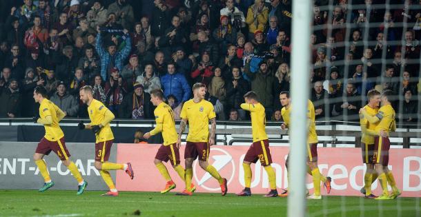 Sparta Praga festeja el gol y la clasificación. Foto UEFA.