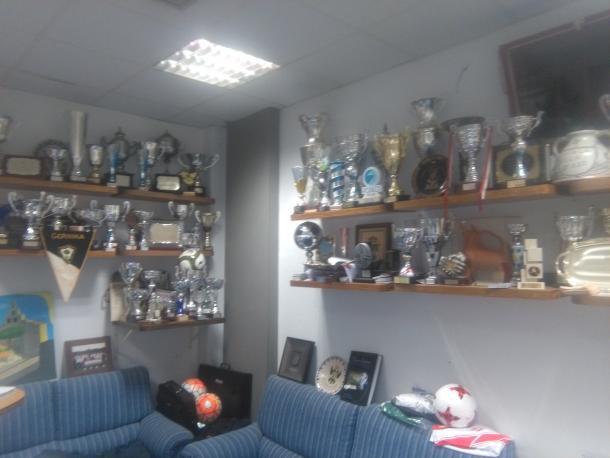 Vitrina de trofeos del club (fuente SD Gernika)