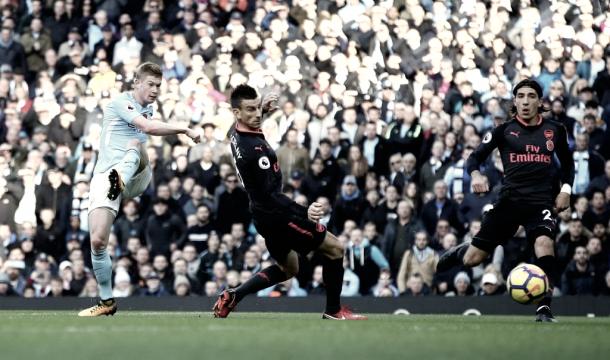 Kevin de Bruyne dispara en el partido ante el Arsenal. Foto: Web del Manchester City