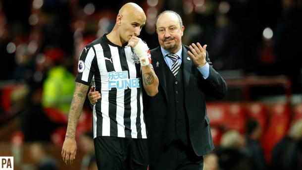 Benítez habla con Shelvey. Foto: Web del Watford