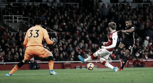 Antonio Valencia define fuerte y entre las piernas de Petr Cech para el primer gol | Foto: Premier League