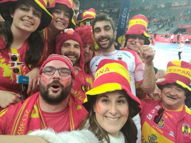 Aficionados españoles festejando el pase con Balaguer