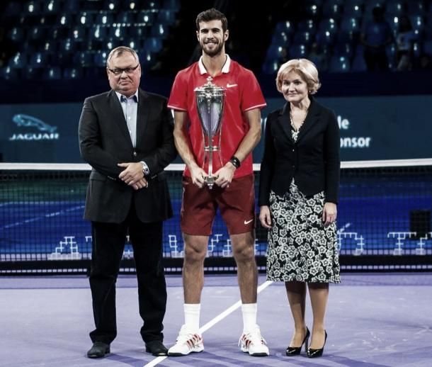 Khachanov sostiene el trofeo. | Foto:@jeu_set_etmatch