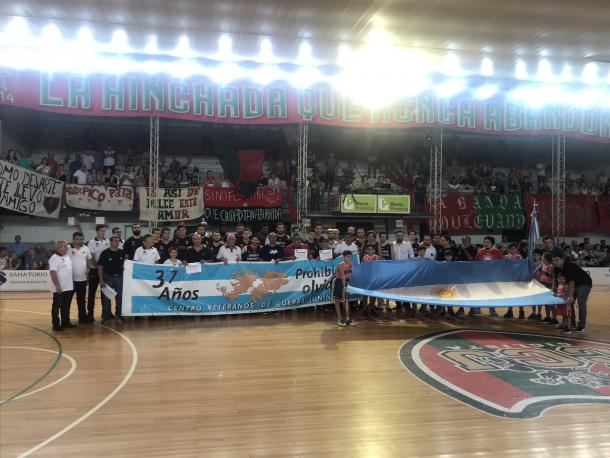 Homenaje a excombatientes de Malvinas antes del partido. Foto: Platense