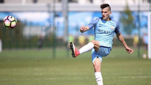El extremo argentino en acción con la camiseta del Manchester City. | Foto: Twitter.