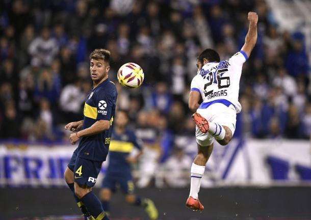 En uno de los duelos de la noche, Vargas le dificultó la tarea a Buffarini. Foto: Twitter