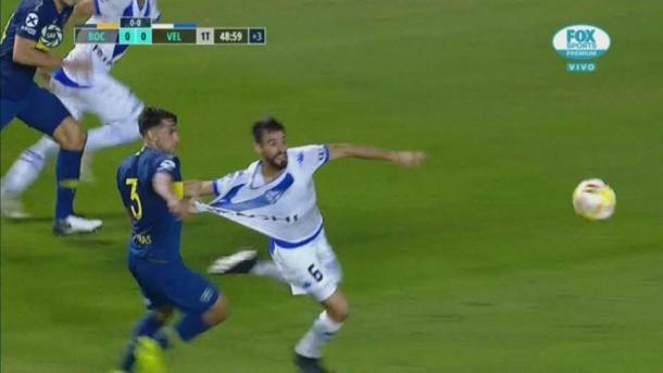 El claro penal, no sancionado por Fernando Espinoza, a Laso. | Fuente: Twitter.