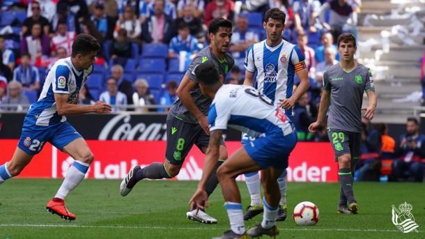 Rosales defiende un balón en campo priopio. Foto: Twitter oficial Real Sociedad.