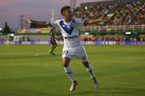Thiago festejando el gol para Vélez en Florencio Varela.   Fuente: Twitter.