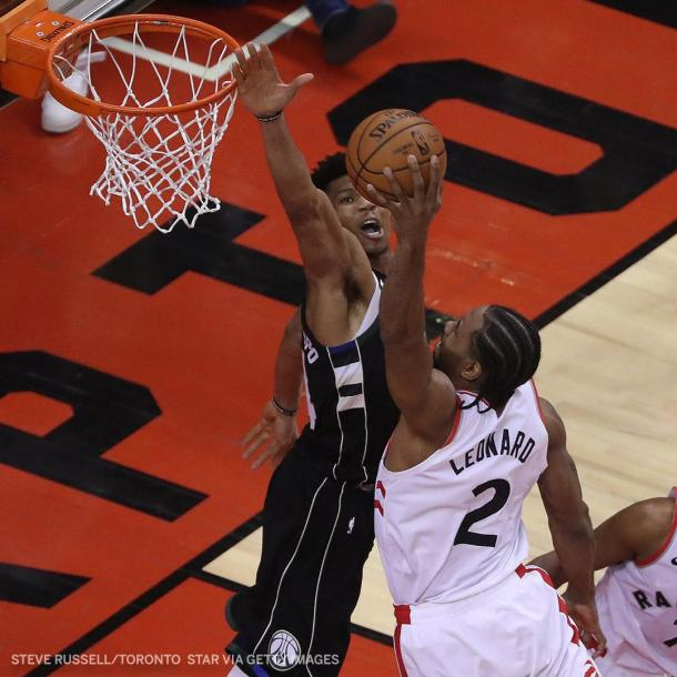 Kawhi la hunde frente a la marca de Giannis. Foto: NBA.