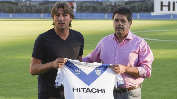 Presentación de Gabriel Heinze en la firma de su primer contrato con Vélez. | Fuente: Twitter.