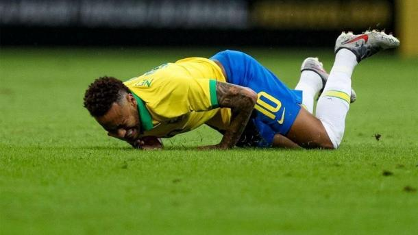 Neymar y su sufrimiento expresado tras la patada en su tobillo.