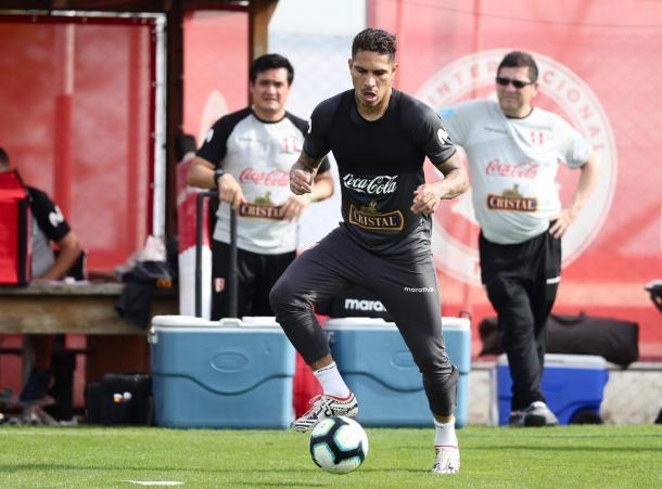 Paolo Guerrero en la actualidad, entrenándose con la selección.   Fuente: Twitter Perú.
