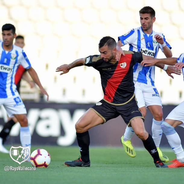 Amat en la disputa de un balón frente al Leganés la temporada pasada. | Fuente: Rayo Vallecano S.A.D.