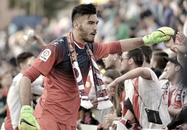 Gazzaniga celebrando un triunfo del Rayo con la aficion.   Foto: Rayo Vallecano S.A.D