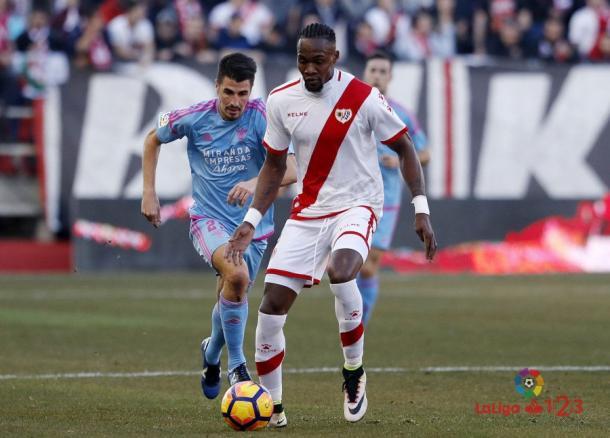 Manucho disputando un partido con el CD Mirandés. |Foto: LaLiga