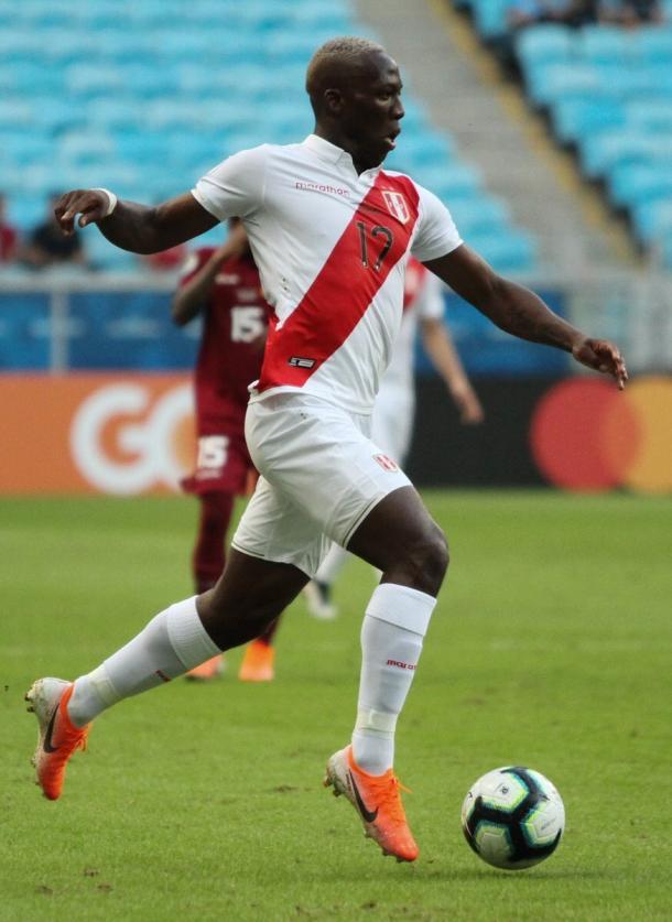 Advíncula en un partido con Perú de la Copa América. | Foto: twitter @luisadvincula17