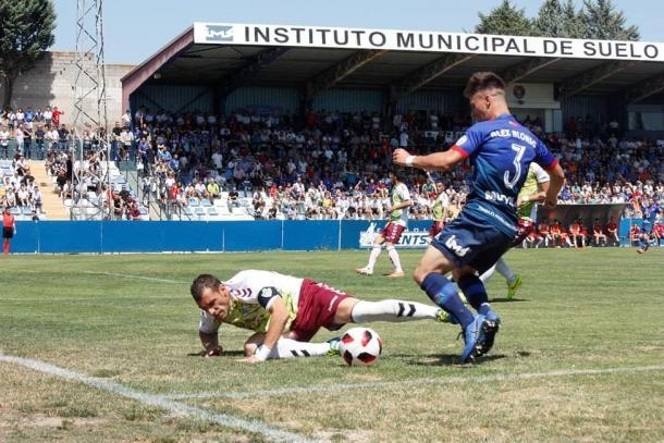 Álex disputando un partido con el CD Móstoles URJC. | Foto: twitter @alexalonso_93