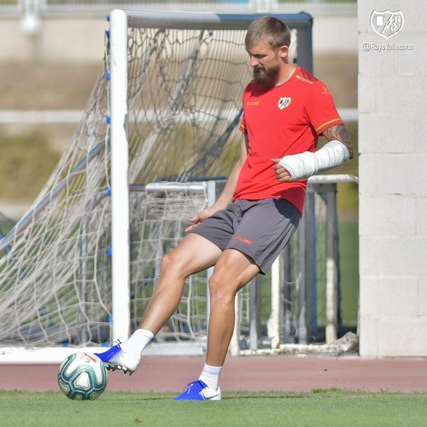Saveljich durante un entrenamiento con el Rayo Vallecano con su brazo escayolado. | Foto: Rayo Vallecano S.A.D.