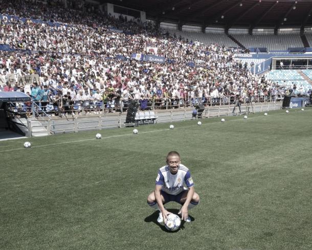 Kagawa posando como nuevo jugador del Real Zaragoza | Foto: Jorge Antón, VAVEL