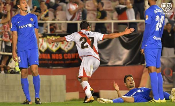 Santi celebrando el tanto que dio el triunfo a los vallecanos en el último Rayo - Almería de Liga. | Foto: Rayo Vallecano S.A.D.